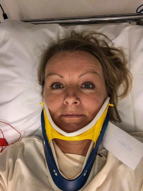 ETTER ULYKKEN: Tone Jørgensen fikk en stiv nakkekrage, for å avlaste nakken etter ulykken der hun ble kjørt på av en bil. Og Tone takker hjelmen for at hun slapp så pass billig unna.