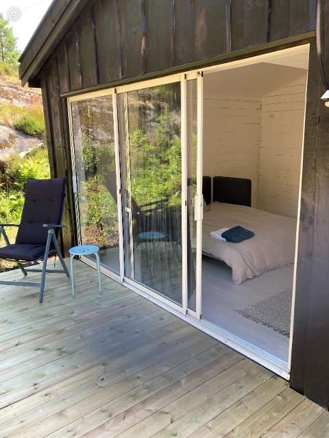 Velkommen: Denne hytta hos Inni Granskogen på Sandøya utenfor Tvedestrand er akkurat ferdigbygget. Den består av et enkelt soverom med skyvedører, og platting foran. Like ved ligger hovedhuset med flere soveplasser, spiserom, kjøkken og bad. Det er Kjartan Høvik og Kristin Støren som kjøpte eiendommen ved Østtjenn, hvor det en gang var et småbruk. Nå er det overnattingssted.