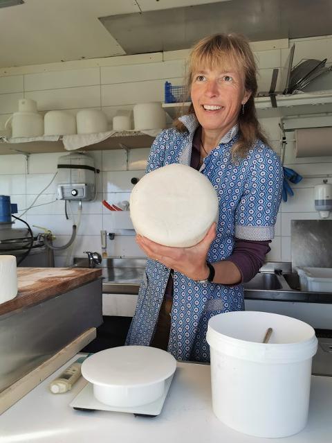 YSTING: Kathrin H. Aslaksby foredler produkter fra geitemjølk. På Olestølen Mikroysteri lager de både kvit og brun geitost, yoghurt, surmjølk, smør og rømme.