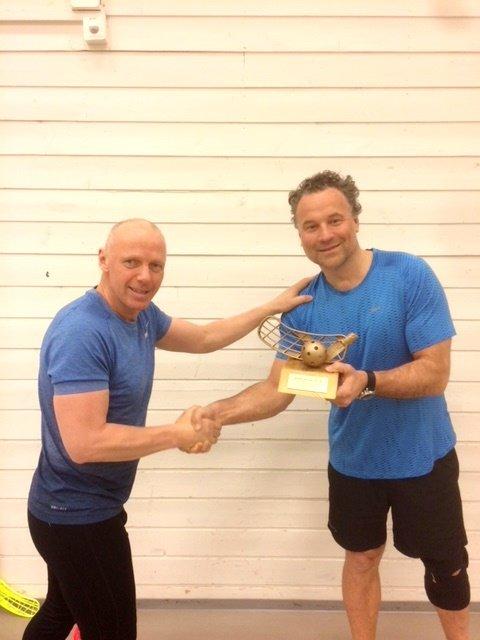 Årets spiller Terje Rustad (til høyre) mottar trofeet av Jan M. Birkeland.