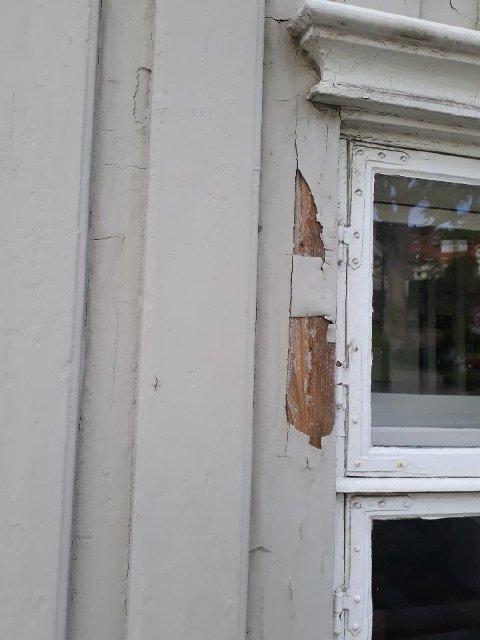- Det er en plikt å vedlike bygningen, og penger er avsatt, så hvorfor brukes de ikke, spør Mette Karina Thorp.