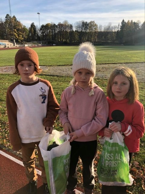 Sigurd Vedeler, Frida Norheim og Matea Hardersen (alle ni år), fra Berger skole har plukket søppel og har så langt samlet inn nesten 7000 kroner til årets tv-aksjon.