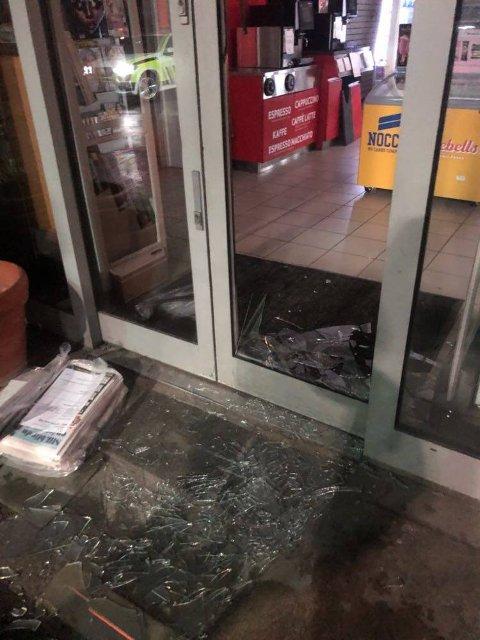KNUST: Denne inngangsdøra ble trolig knust i 05-tiden. Nå ønsker politiet og Reitan-gruppen tips i saken.