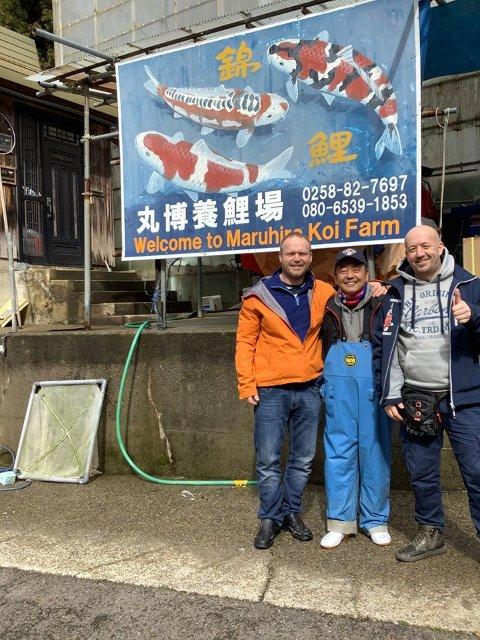Øyvind Skjellerud (til venstre) sammen med en japansk oppdretter og broren Kjetil. Bildet ble tatt da de var i Japan i februar. Resultatet fra den turen endte med en import av 5000 koi.-fisk. – Interessen er stadig økende, forteller han.