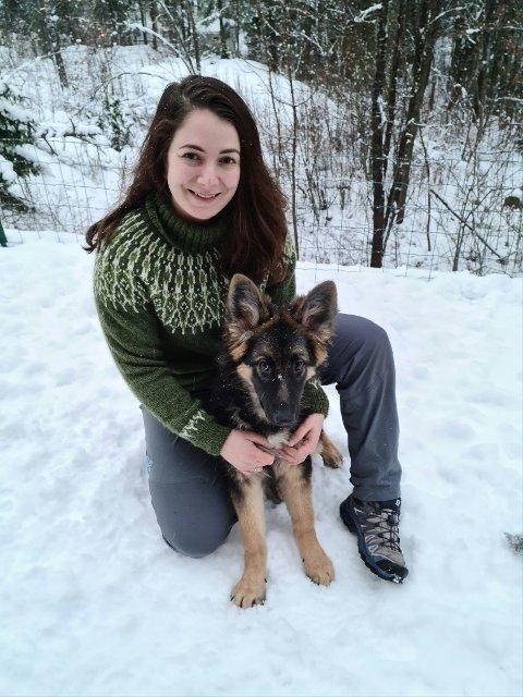 Sandra Kristoffersen og hunden Leia vender snart snuten nordover fra Nesodden og til Vingelen. Etter sommerferien starter 28-åringen i jobben som pedagogisk leder ved Tolga barnehage.
