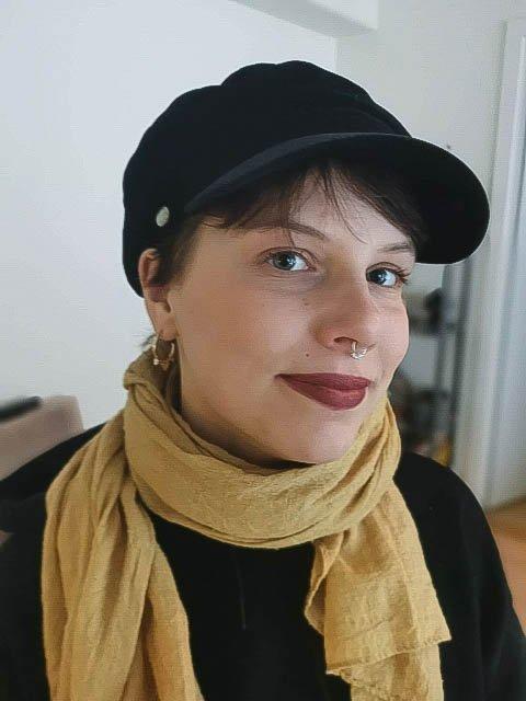 OPTIMIST: Sunniva Både har vært gjennom flere permitteringer det siste året. Likevel smiler hun.