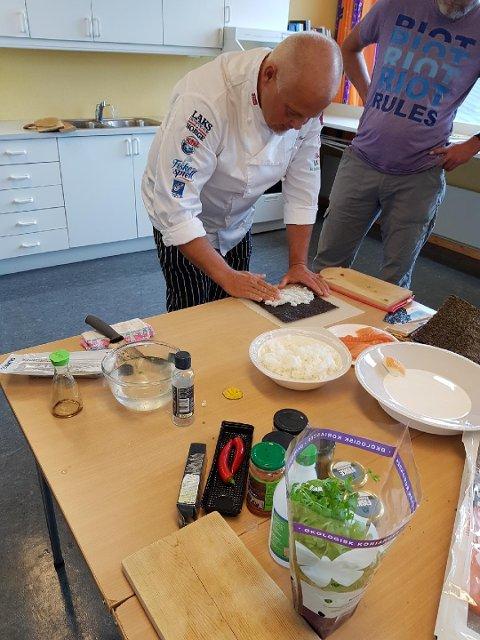 Rune Sandø viste Brekken kvinne- og familielag hvordan man lager sushi.