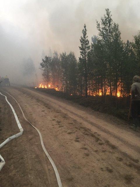 Bildet viser brannen i Sveg, og var tatt av Os Brann- og Redningsvesen tidligere i uka. Speidergruppas kjørerute skulle gå gjennom Sveg før veien ble stengt.
