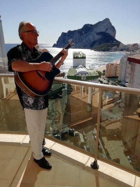 I byen Calpe ved Spanias sørøstkyst spilte Odd Steinar Meli musikk til stor glede for swingdansende turdeltakere.
