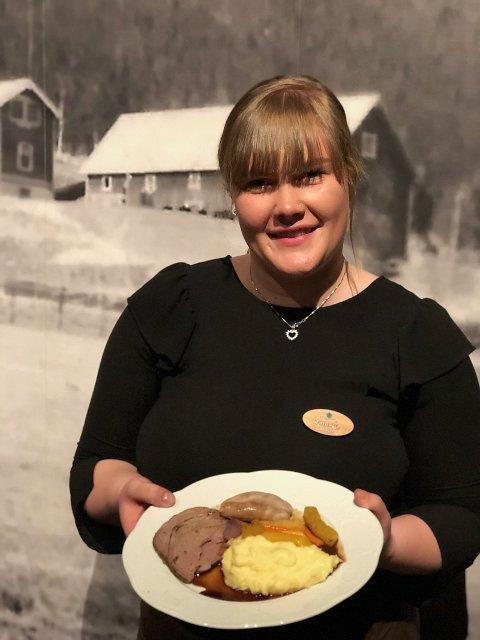 Servitør Marit Dølhaug Reinertsen med hovedretten.