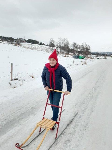 Hilde Aanes i Tolga bygdekvinnelag har tatt sparken fatt. Hodet får også trimma seg, forteller bygdekvinnelaget på Tolga.
