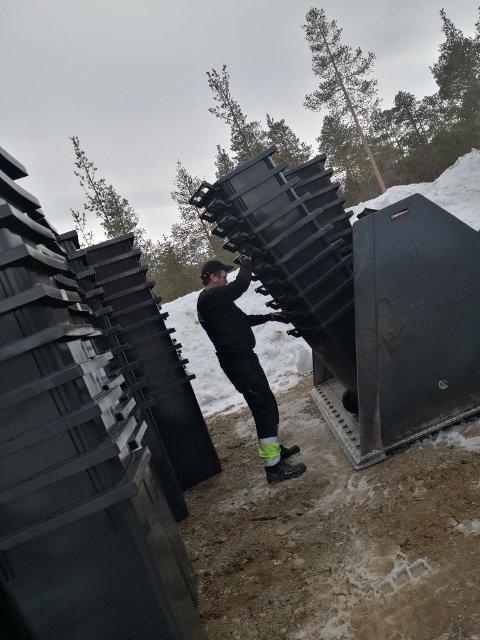 NYE DUNKER: Mottak av dunker på Alvdal før påske, der bla. Karsten Erik Eriksson var med på lossingen.