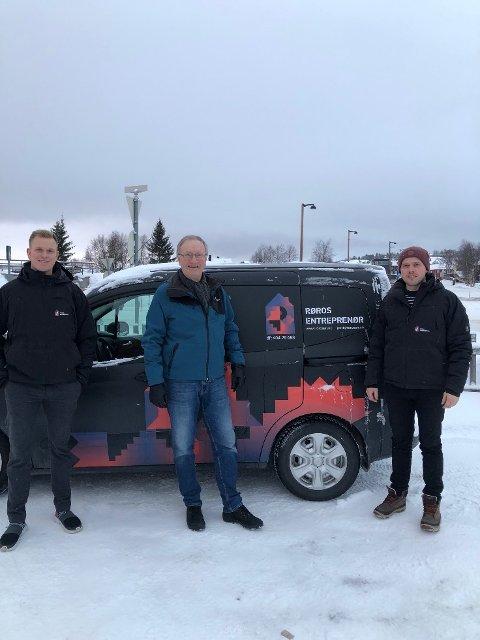 FORTSETTER: Steinar Tamnes (t.h) fortsetter som daglig leder i Røros Enterprenør. Haakon Sandnes (t.v) er nyansatt i firmaet, hvor Jon Indset er styreleder.
