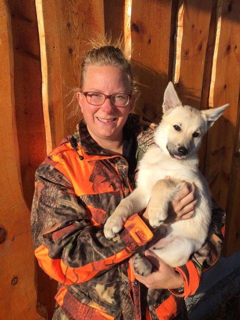 NY VALP: Aina H. Tangen med sin nye valp Kajsa på tre måneder. Den har allerede vært med litt på elgjakt.