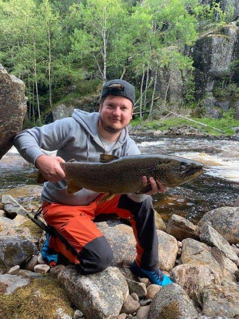 VINNER: Ørjan Fjeld Sand med fisken som sikret han 15.000 kroner i premiepenger under Fiskefesten i Rendalen.