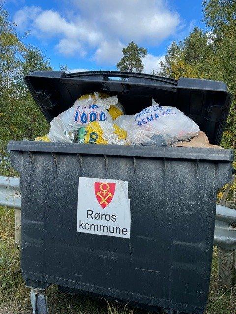 FULL: Overfylt avfallsdunk i Røros kommune hvor det ikke sorteres. Foto: Guri Heggem