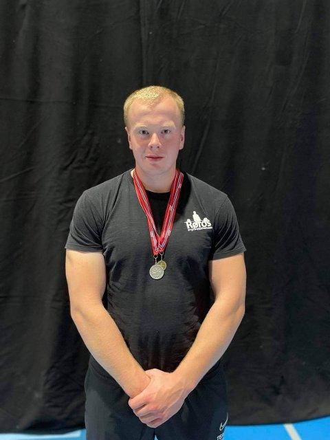 Anders Brøten Lillemoe sikret seg sølv i sin klasse og bronse i markløft uansett vektklasse under årets utstyrfrie NM i styrkeløft for ungdom, junior og senior.