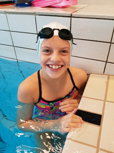 Ella Louise B. Dreyer (13) tok en sterk andreplass på 400 meter fri under North Sea Swim Meet.