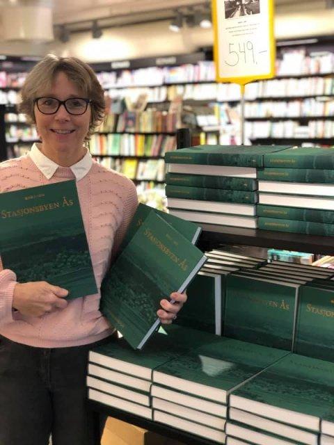 Toril Johansen ved Norli i Ås forteller at til sammen 200 bøker er solgt, inkludert gavekort på boka. Fredag var den tilgjengelig i butikken.