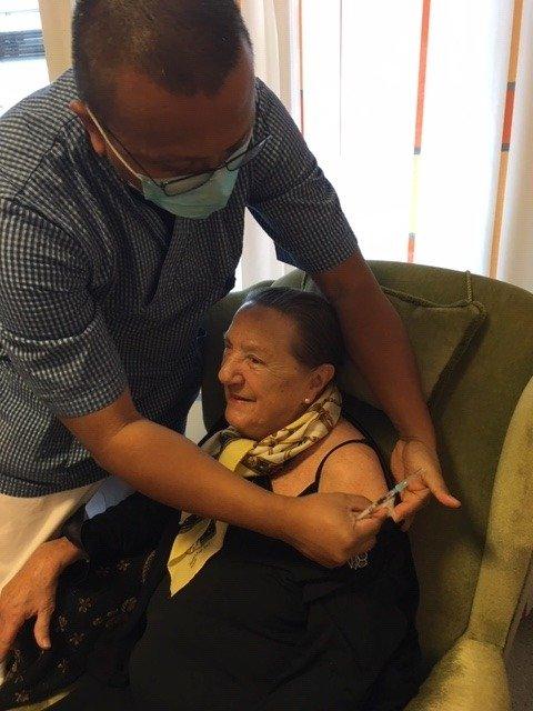 GLAD FOR VAKSINE: Sykepleier Abdullah Balabadan (44) satte den første koronavaksinen på Liv Erna Hallgren (92) på Moer sykehjem tirsdag 5. januar kl. 11.25.