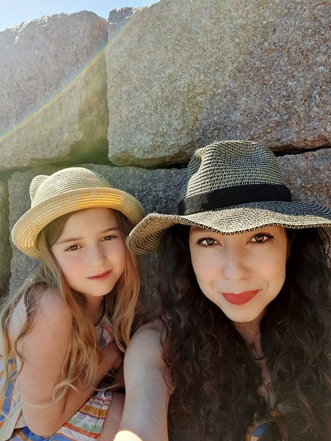 REISESKRIBENT: Taraneh Ghajar Jerven har skrevet reisehåndbøker om Norge. Her er hun med datteren Robin. Foto: Privat