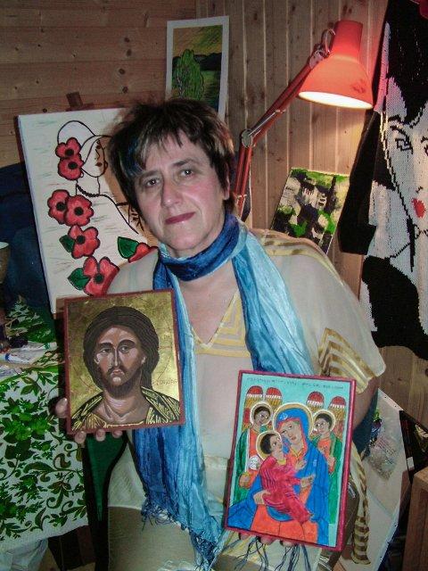 Gerd Bøklep med to av sine vakre ikoner. Ikonet til høyre er et etiopisk ikon og har sin tilhørighet i den ortodokse kirke, som er en av de eldste i verden.