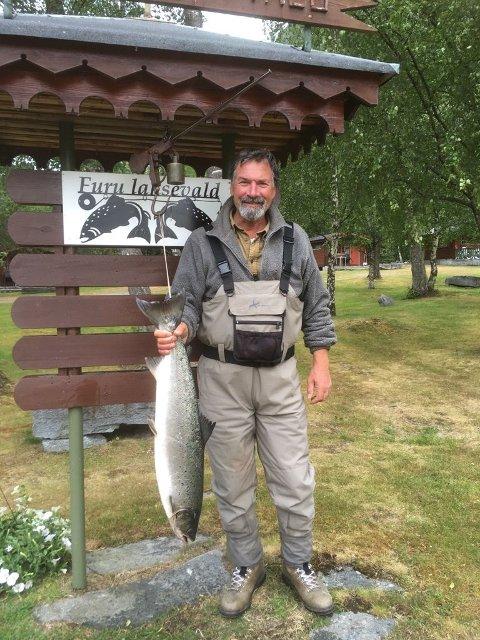 Kjell Fossum tok fredag 22. juni en laks på 7 kg. Den ble tatt på flue i Kiklingbrekkhølen.