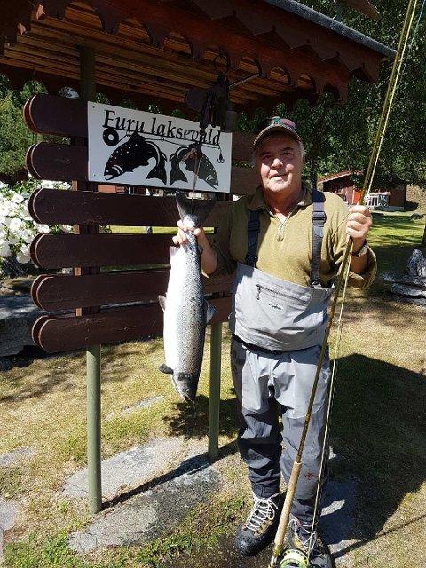 Tore Dahl tok den 27. juni en laks på 5,3 kg. Den er tatt på flue på Rønningan.