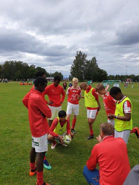 Guttene får instrukser før kamp av trener Lars Magne Henriksen.