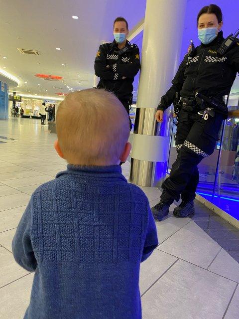 LITEN TYV: Max (2) ble stoppet av politiet etter at han fikk med seg et buksepar på Carlings uten å ha betalt.