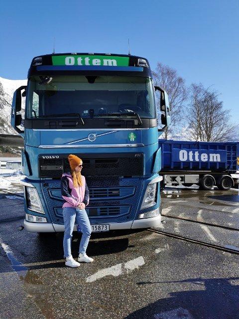 Bak rattet: Thea Ottem (28) kjørte ett av vogntogene fra Ottem.