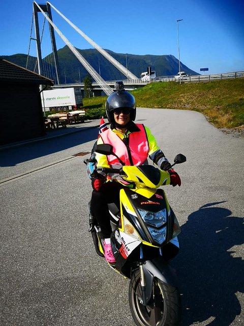 Innsamling: Audhild Aspsæter fra Straumsnes har kjørt over 550 kilometer på scooter for å samle inn penger til Barneavdelingens seksjon for kreft ved Haukeland Sjukehus. Foto: Privat