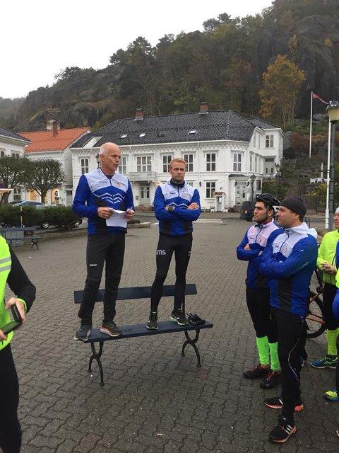 Thomas Axelsen og Preben Foss på torvet i forbindelse med støtteløpet i kveld.