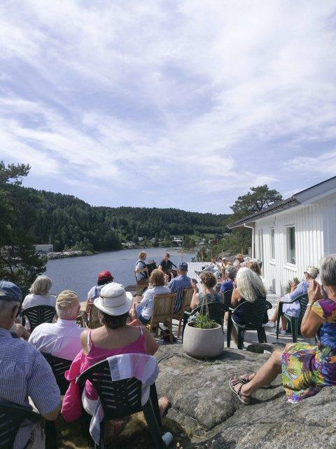 Intimkonsert på Terrassen: De oppmøtte nøt sol og musikk i Laget torsdag formiddag.