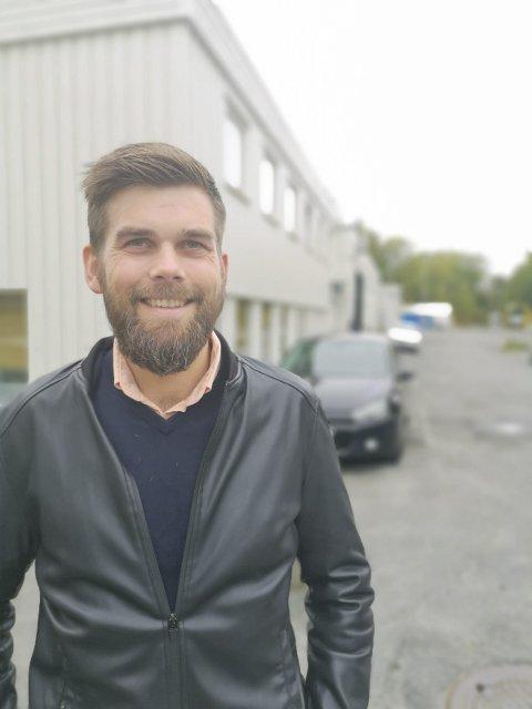 Næringssjef i Risør, Bård Birkedal forteller at det nå er nye muligheter for virksomheter i Risør og Gjerstad til å søke koronastøtte. Staten har bevilget nye midler til våre kommuner. Foto: Hans Petter Bjerva