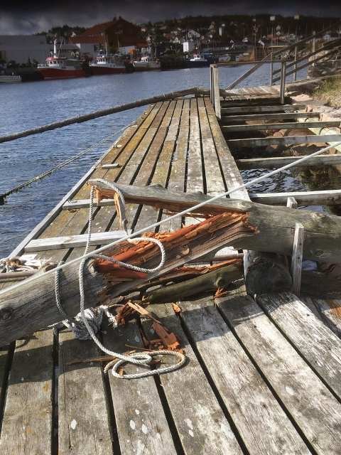Slik lå de knekte pålene som vanligvis har stått montert ut mot havet mellom Holmen og Buvika.