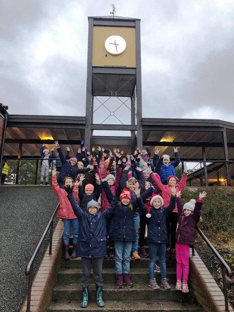 GLEDESSPREDERE: 3. trinn ved Risør barneskole har laget en gledessti gjennom Risør sentrum.