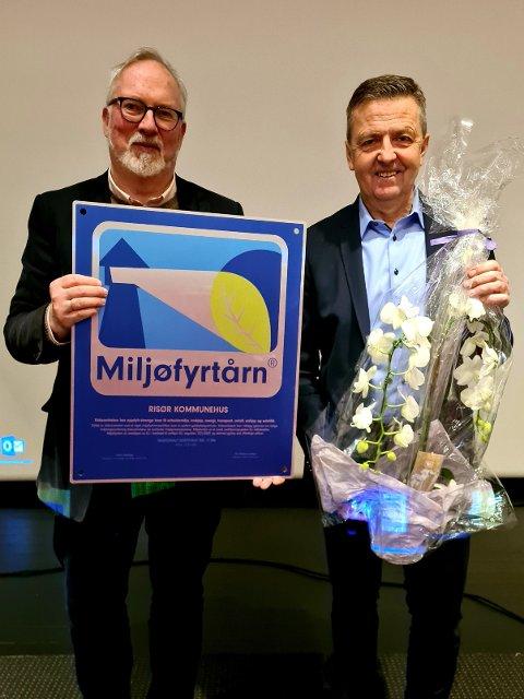 Ordfører Per Kristian Lunden og Kommunedirektør Trond Aslaksen kunne før helgen feire at kommunehuset i Risør nå er Miljøfyrtårnsertifisert.