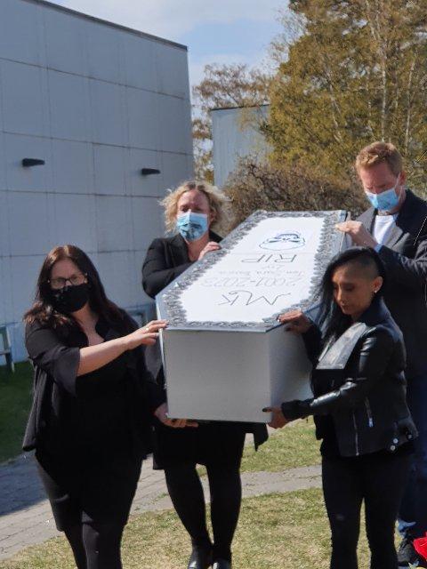 Lærere og elever hadde fredag en symbolsk bisettelse for mediefagene ved Risør videregående skole. Trykk på pilene for flere bilder!
