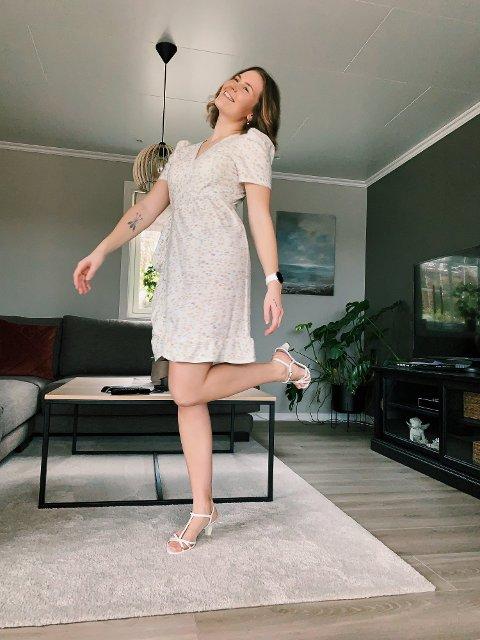 Ingrid Grimsland har startet et enkeltpersonforetak for å selge egendesignede klær i nettbutikken sin.