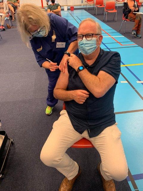 Per Kristian Lunden roser alle som har vært med i vaksineringsprosessen i Risør. I alt er det satt 8000 doser i kommunen, og torsdag settes 500 nye.