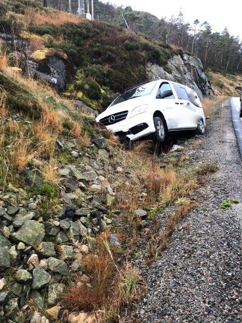 I GRØFTA: Denne bilen har havnet i grøfta etter møtet med svært glatt veibane.