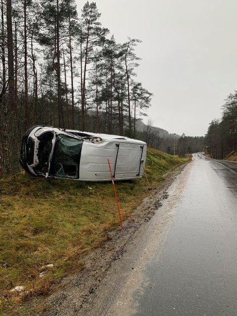 GLATT VEI: Ifølge politiet skal vanskelige kjøreforhold, med is og snø i veien, være årsaken til at føreren mistet kontroll over varebilen.