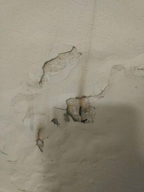 BRENNMERKER: På veggen var det tydelig å spore brennemerker. Foto: Sokndal kommune