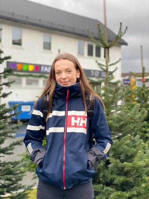HVOR ER VINTEREN?: Andrea Bruseth (16) ønsker seg snø til jul. I følge yr.no er det lite som tyder på at det ønske blir oppfylt