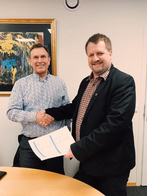 Avdelingsleder Raymond Tørressen i BRG og ordfører Torbjørn Klungland skrev i dag under kontrakten.
