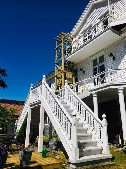 UTVENDIG HEIS: Sønnen til Arne Erland Nilsen snekret heis til husets firbeinte da hun ikke klarte å komme seg opp trappene.