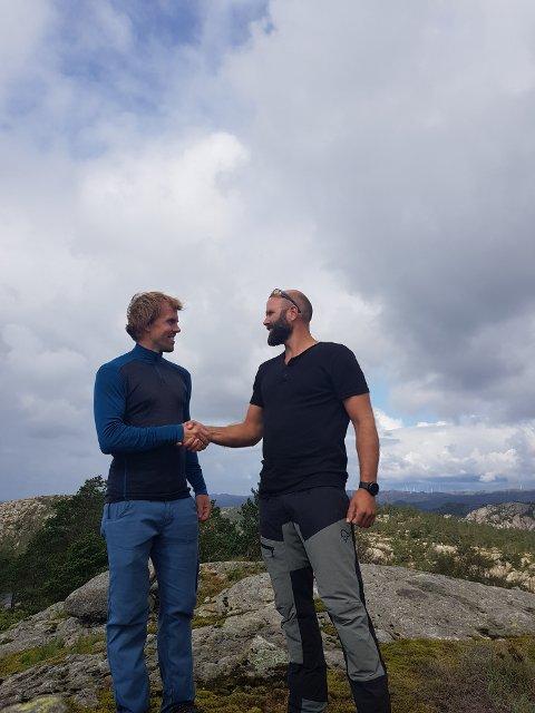 PÅ GAUKEN: Prosjektleder John Amund Lund stilte opp på tur med initiativtager Jostein Urstad i organisasjonen «Nei til vindmøller i Flekkefjord» på Skorveheia i forrige uke. I kveld møtes de på folkemøte med debatt i Spira.