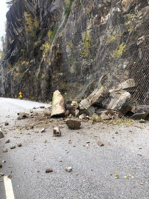 RASTE UT: Et ras med om lag 10 kubikkmeter med stein raste ut bak en av de tidligere sikringsnettene på fylkesvei 42 mandag formiddag.