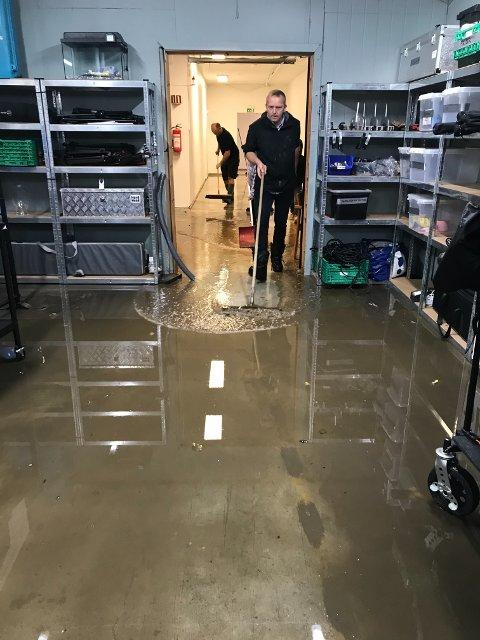 MYE VANN: Det var mye vann inne i studio da vannet var på det høyeste i den delen av kjelleren.